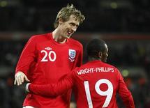 <p>Peter Crouch comemora Shaun Wright-Phillips seu segundo gol na vitória da Inglaterra sobre o Egito em amistoso. REUTERS/Darren Staples</p>
