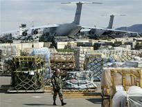 <p>Американская авиационная база Рамштайн на территории Германии 7 апреля 2003 года. Четыре исламистских экстремиста, признавших свое намерение взорвать начиненные взрывчаткой автомобили рядом с объектами США в Германии, в четверг были признаны виновными в сговоре с целью совершения убийства. REUTERS/Michael Dalder</p>