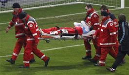 <p>Martin Demichelis da Argentina é socorrido após lesão no rosto</p>