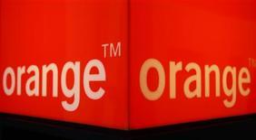 <p>Orange va proposer des applications permettant d'accéder à des contenus et à des jeux sur la plupart des téléphones mobiles qu'il propose, y compris pour des modèles basiques. /Photo d'archives/REUTERS/Christian Hartmann</p>