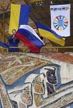 """<p>Молодые люди размахивают флагами России и Украины во время митинга в пионерском лагере """"Артек"""" на Крыме 31 января 2009 года. Президент РФ Дмитрий Медведев пообещал улучшение отношений с Киевом, предложив энергетическое сотрудничество Украине, чья газотранспортная система много лет является объектом вожделения для российского Газпрома. REUTERS/Stringer</p>"""