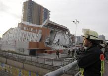 <p>Пожарный смотрит на последствия землетрясения 6,6 балла по шкале Рихтера, потрясшего Консепсьон 5 марта 2010 года. Подземный толчок силой 6,6 балла по шкале Рихтера неподалеку от города Консепсьон снова потряс Чили, сообщила Геологическая служба США в пятницу. REUTERS/Pilar Olivares</p>