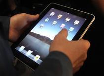 <p>Apple a annoncé que la commercialisation de la tablette iPad aux Etats-Unis démarrerait le 3 avril. Elle sera mise en vente fin avril en Australie, au Canada, en France, en Allemagne, en Italie, en Espagne, au Japon, en Suisse et en Grande-Bretagne. /Photo prise le 27 janvier 2010/REUTERS/Kimberly White</p>