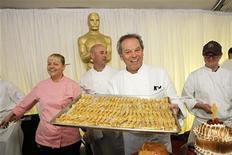 <p>Foto del jueves del chef Wolfgang Puck mostrando las estatuas de los Oscar comestibles antes de la ceremoniaa de premiación del cine que tendrá lugar el domingo en Hollywood. REUTERS/Danny Moloshok</p>