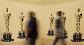 <p>Trabajadores desarrollan sus tareas el viernes en la alfombra roja antes de la entrega de los premios Oscar en Hollywood. REUTERS/Brian Snyder</p>