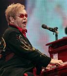 <p>Foto de archivo de octubre de 2009 del mítico músico británico Elton John actuando en el Hallenstadion de Zurich. REUTERS/Romina Amato</p>