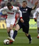 <p>O jogador do Colônia, Lukas Podolski (à esquerda), é desafiado por Bastian Schweinsteiger, do Bayern de Munique, durante a partida pelo Campeonato Alemão em Colônia, 6 de março de 2010. REUTERS/Ina Fassbender</p>