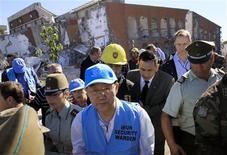 """<p>El secretario general de la ONU, Ban Ki-moon, visita el edificio de apartamentos Alto Río que colapsó durante el terremoto, en la ciudad sureña chilena de Concepción. Marzo 6, 2010. REUTERS/Victor Ruiz Caballero. En Santiago, Ban Ki-moon y cantautor guatemalteco Ricardo Arjona sumaron fuerzas el fin de semana en un """"teletón"""" para ayudar a los más de 2 millones de damnificados por los devastadores sismo y tsunamis.</p>"""