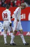 <p>Os jogadores Toni Kroos (à esquerda) e Sami Hyypiae, do Bayer Leverkusen, durante partida pelo Campeonato Alemão contra o Nuremberg, em Nuremberg, 7 de março de 2010. O Bayer Leverkusen, invicto em seus primeiros 24 jogos na temporada, finalmente perdeu seu primeiro jogo, que terminou em 3 x 2 para o Nuremberg. REUTERS/Michaela Rehle</p>