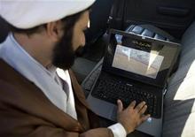 <p>Uomo iraniano con un computer portatile in foto d'archivio. REUTERS/Morteza Nikoubazl</p>