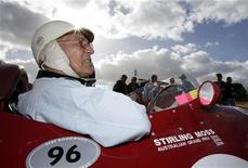 <p>Британский автогонщик Стирлинг Мосс во время Австралийского Гран-при в Мельбурне 2 апреля 2006 года. Знаменитый в прошлом британский автогонщик Стирлинг Мосс попал в больницу после того, как упал в шахту лифта в собственном доме и сломал обе лодыжки. REUTERS/Mark Horsburgh</p>