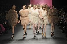 <p>Модели представляют одежду Sonia Rykiel сезона осень-зима 2010/11 на неделе моды в Париже 7 марта 2010 года. Неделя моды в Париже выявила любопытную тенденцию - и покупатели, и дизайнеры устали от голливудских звезд. REUTERS/Gonzalo Fuentes</p>