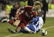 <p>Torres sofre falta durante partida em Wigan. As aspirações do Liverpool de chegar à Liga dos Campeões sofreram um revés nesta segunda-feira com a derrota de 1 x 0 para o Wigan Athletic fora de casa.08/03/2010.REUTERS/Nigel Roddis</p>
