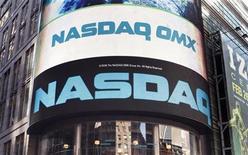 <p>Foto de archivo del sitio del mercado Nasdaq en Times Square, Nueva York, feb 8 2010. Hace 10 años, antes de que estallara la burbuja de las 'puntocom', el índice Nasdaq alcanzó un récord de 5.132,52 puntos, un pico que el mercado de la tecnología no parece que vaya a alcanzar a corto plazo. REUTERS/Shannon Stapleton</p>