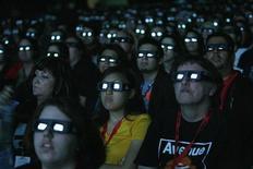 """<p>Люди смотрят в 3D очках трейлер фильма """"Аватар"""" на фестивале Comic Con в Сан-Диего 23 июня 2009 года. Всемирные кассовые киносборы в прошедшем году выросли на 7,6 процента до $29,9 миллиарда, сообщила Американская ассоциация кинокомпаний (MPAA). REUTERS/Mario Anzuoni</p>"""