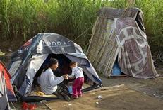 <p>Una donna romena in un campo alla periferia di Roma. REUTERS/Max Rossi (ITALY)</p>