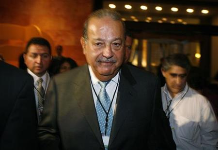 Mexican tycoon Carlos Slim leaves the hotel after a conference with businessmen at the Business Summit in Monterrey, November 8, 2009. REUTERS/Tomas Bravo