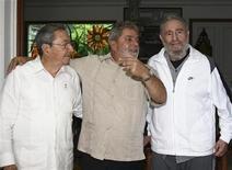 <p>El líder cubano Fidel Castro (a la derecha) habla con el mandatario brasileño, Luis Inácio Lula da Silva (en el centro) y el actual presidente de Cuba, Raúl Castro, en La Habana. Febrero 24, 2010. REUTERS/Ricardo Stuckert-cortesía Gobierno Cuba. La televisión estatal cubana comenzó a transmitir esta semana un documental sobre los intentos de asesinatos contra el líder Fidel Castro, que según el Gobierno, ha estado en la mira de la Agencia Central de Inteligencia desde 1959.</p>