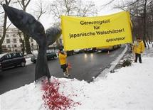 <p>Активисты организации Greenpeace устроили акцию протеста перед японским посольством в Берлине, 8 февраля 2010 года. Один из поваров в японском ресторане в Калифорнии обвиняется в том, что незаконно угощал своих клиентов блюдами из находящегося на грани вымирания ивасевого кита, сообщило министерство юстиции США. REUTERS/Tobias Schwarz</p>