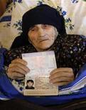 <p>129-летняя Антиса Хвичава демонстрирует свой паспорт с датой рождения в своем доме в деревне Сачино 11 марта 2010 года. Антиса Хвичава помнит очень многое - она родилась, когда ее родная Грузия еще не была частью Советского Союза - страны, которой уже не существует на карте мира. REUTERS/David Mdzinarishvili</p>