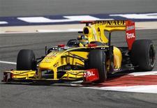 <p>Kubica pilota uma Renault em Manama. A Renault acusou a rival McLaren de promover uma corrida armamentista na Fórmula 1 ao adotar uma polêmica asa traseira, considerada legal pela Federação Internacional de Automobilismo (FIA) mas que despertou reclamações das outras escuderias.12/03/2010.REUTERS/Steve Crisp</p>
