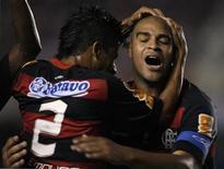 <p>Adriano é abraçado por Leo Moura durante jogo do Flamento na Taça Libertadores. REUTERS/Ricardo Moraes</p>