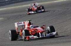 <p>La Ferrari di Fernando Alonso seguita da quella di Felipe Massa sul circuito del Bahrein. REUTERS/Ahmed Jadallah</p>