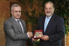 <p>Lebanon's President Michel Suleiman (L) shakes hands with Mexican tycoon Carlos Slim of Lebanese origin as he offers him a medal after their meeting at the Presidential palace in Baabda, near Beirut March 12, 2010. REUTERS/Dalati Nohra/Handout</p>