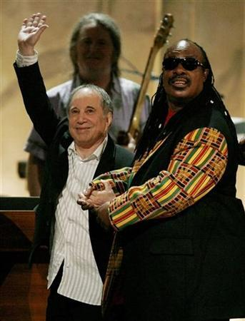 Paul Simon (L) and Stevie Wonder acknowledge the audience during their performance at a show celebrating the music of Paul Simon at the Warner Theater in Washington, May 23, 2007 file photo. REUTERS/Jason Reed