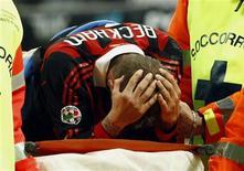 <p>David Beckham deixa o gramado após lesão em jogo contra o Chievo no Campeonato Italiano. REUTERS/Alessandro Garofalo</p>