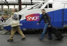 <p>Lors d'un exercice de routine, la SNCF a annoncé par erreur mardi matin sur son site internet une explosion mortelle à bord d'un TGV. /Photo d'archives/REUTERS/Gonzalo Fuentes</p>