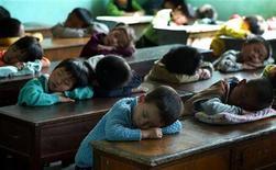 """<p>Китайские дети спят во время перемены в школе в Шанхае 8 октября 2005 года. Несколько школ в Глазго проводят ряд пробных """"уроков сна"""" для продвижения здорового образа жизни. REUTERS/STR New</p>"""