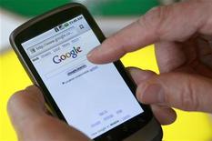 <p>Avec l'essor des téléphones multifonctions, Google s'attend à ce que les tarifs payés par les entreprises dans la publicité sur mobile soient un jour supérieurs aux sommes déboursées pour les liens sponsorisés sur le web lorsqu'un internaute effectue une recherche depuis son ordinateur. /Photo prise le 5 janvier 2010/REUTERS/Robert Galbraith</p>