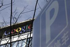 <p>Les entreprises chinoises qui vendent des espaces publicitaires sur les pages de Google ont sommé le géant américain de l'internet de clarifier ses projets en Chine, le menaçant de demander des compensations s'il y ferme son portail. /Photo prise le 15 mars 2010/REUTERS/Jason Lee</p>