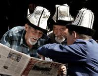 <p>Члены киргизской оппозиции читают газету во время марша протеста в Джалал-Абаде, Киргизия 23 марта 2005 года. Власти Киргизии изъяли в понедельник вечером в преддверии съезда оппозиции тираж популярной оппозиционной газеты, задержав на время нескольких сотрудников редакции, сообщил Рейтер владелец и главный редактор газеты Рыскельди Момбеков. REUTERS/Viktor Korotayev</p>