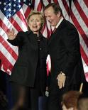 <p>Lo scrittore John Grisham assieme al segretario di Stato Usa Hillary Clinton. REUTERS/Jonathan Ernst</p>