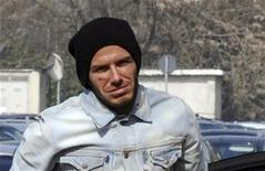 <p>Il calciatore David Beckham all'arrivo in aeroporto per recarsi in Finlandia, dove è stato operato al tendine d'Achille. REUTERS/Paolo Bona</p>