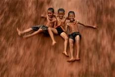 <p>Дети игрют на затопленном рисовом поле недалеко от Джакарты 4 февраля 2007 года. Почва Индонезии является не только материалом для изготовления кирпичей и керамики, но и традиционной закуской на обед. REUTERS/Beawiharta</p>
