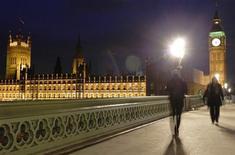 """<p>Прохожие идут по Вестминстерскому мосту мимо парламента Британии в Лондоне 4 февраля 2010 года. Четверо британских парламентариев из противоборствующих партий выпускают свой первый рок-альбом """"Cross Party"""". REUTERS/Luke Macgregor</p>"""