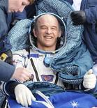 <p>Comandante dos EUA na Expedição 22, Jeff Williams, sorri depois de pousar a cápsula espacial russa Soyuz TMA-16, junto com outro cosmonauta russo chegando da Estação Espacial Internacional, chegando ao norte do Cazaquistão. 18/05/2010 REUTERS/Alexander Nemenov/Pool</p>