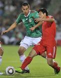 <p>Norte-coreano Kum Choe Chol (dir) desafia mexicano Jorge Torres durante amistoso no estádio Corona em Torreon. A seleção mexicana venceu na quarta-feira a Coreia do Norte por 2 x 1, em preparação para a Copa do Mundo da África do Sul. 17/03/2010 REUTERS/stringer</p>