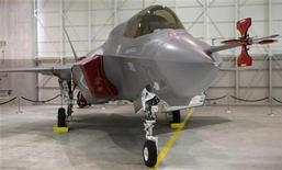 <p>Истребитель F-35 на заводе Lockheed Martin в городе Форт-Уэрт, Техас, 31 августа 2009 года. Новейший истребитель F-35 производства Lockheed Martin Corp произвел свою первую вертикальную посадку в четверг, на фоне проблем, вызванных ростом стоимости и задержками в осуществлении программы. REUTERS/Jessica Rinaldi</p>
