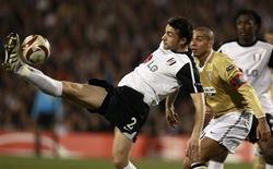 """<p>Trezeguet e Stephen Kelly disputam bola em Londres. O Fulham goleou a Juventus por 4 x 1 nesta quinta-feira e eliminou o time italiano da Liga Europa, em uma partida em que a """"vecchia signora"""" terminou com nove jogadores.18/03/2010.REUTERS/Andrew Winning</p>"""