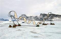 <p>Um artista holandês colocou duas esculturas grandes sobre um iceberg perto da cidade de Uummannaq, na Groelândia, a fim de chamar a atenção para a questão da mudança climática. 19/03/2010 REUTERS/Ap Verheggen/Divulgação</p>