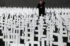<p>Мужчина стоит на Музейной площади в Амстердаме среди 5.000 крестов во Всемирный день борьбы со СПИДом 1 декабря 2009 года. В Узбекистане 147 детей заразились ВИЧ- инфекцией в 2007-2008 годах из-за халатности персонала детских больниц, и 14 уже умерли от СПИДа, говорится в не попавшем в телеэфир фильме Национальной телерадиокомпании Узбекистана, размещенном на сайте российского информационного агентства Ferghana.ru. REUTERS/Jerry Lampen</p>