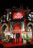 """<p>El actor Johnny Depp junto al director Tim Burton, posando en un evento promocional de la película """"Alice in Wonderland"""", en Tokio. Mar 22 2010. Con un fin de semana tranquilo en el circuito internacional, la película de Disney """"Alice in Wonderland"""" pasó a la tercera semana consecutiva en el número uno de la taquilla extranjera, recaudando más de 47 millones de dólares en 6.687 pantallas distribuidas en 49 sitios. REUTERS/Kim Kyung-Hoon</p>"""