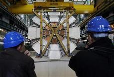 """<p>Foto de archivo del último elemento del experimento ATLAS durante su descenso en la Organización Europea para la Investigación Nuclear en Meyrin, Suiza, feb 29 2008. El mayor experimento científico del mundo intentará colisionar partículas al máximo nivel de energía visto hasta ahora el 30 de marzo, recreando las condiciones del nacimiento del universo en el """"Big Bang"""" 13.700 millones de años atrás, dijo el martes la Organización Europea para la Investigación Nuclear. REUTERS/Denis Balibouse</p>"""