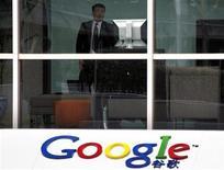 <p>Un guardia de seguridad observa a la prensa desde la sede de Google China en Pekín. Mar 24 2010. Un periódico del Partido Comunista Chino acusó el miércoles a Google de estar coludido con espías estadounidenses, y dijo que el retiro de la compañía desde China debido a la censura justifica los esfuerzos de Pekín por promover la tecnología local. REUTERS/David Gray</p>