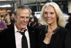 """<p>Foto de archivo del actor estadounidense de televisión Robert Culp junto a Sivi Aberg en el estreno del filme """"Hollywoodland"""" en Beverly Hills, sep 7 2006. Culp, más conocido como el agente secreto en la exitosa serie de la década de 1960 """"I Spy"""", falleció el miércoles luego de una caída sufrida en su casa, informó el diario Los Angeles Times. REUTERS/Chris Pizzello</p>"""
