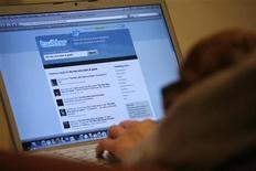 <p>Foto de archivo del portal Twitter proyectado sobre un ordenador portátil en Los Angeles, oct 13 2009. Cientos de aficionados a Twitter en todo el mundo pondrán el jueves sus dedos a descansar y se reunirán en nombre de la caridad. REUTERS/Mario Anzuoni</p>